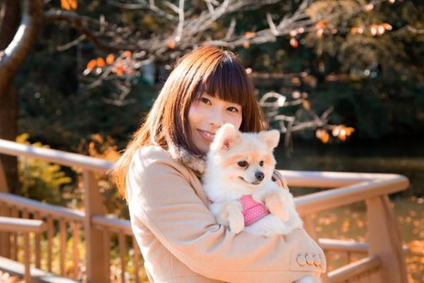 ペットと女性825_wankowodakujyosei500_TP_V1