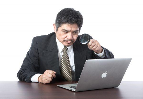 パソコン業務で悩む男性